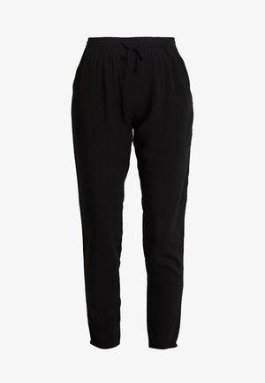 BYHAILEY PANTS - Bukse - black