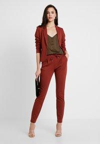 b.young - RIZETTA PANTS - Pantaloni sportivi - dark copper - 2