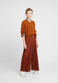 b.young - PILINE PANTS - Kalhoty - dark copper - 1
