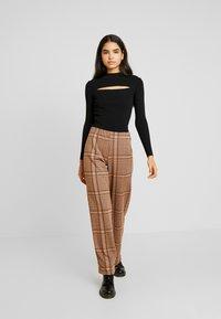 b.young - BXSTILLA WIDE PANTS - Pantalon classique - combi golden toffee - 2