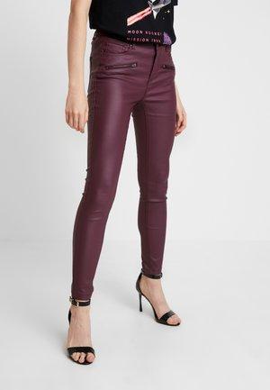 BYLOLA BYKIKO DECO ZIP - Pantalon classique - carnelian red
