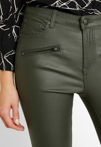 b.young - BYLOLA BYKIKO DECO ZIP - Broek - peat green - 4