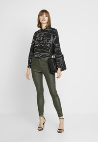 b.young - BYLOLA BYKIKO DECO ZIP - Broek - peat green - 2