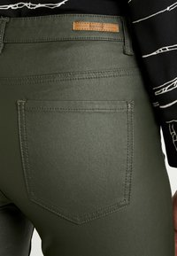 b.young - BYLOLA BYKIKO DECO ZIP - Broek - peat green - 6