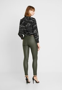 b.young - BYLOLA BYKIKO DECO ZIP - Broek - peat green - 3
