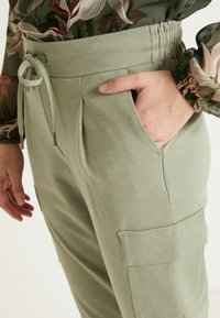 b.young - RIZETTA CARGO PANTS - Joggebukse - meliert sea green - 5