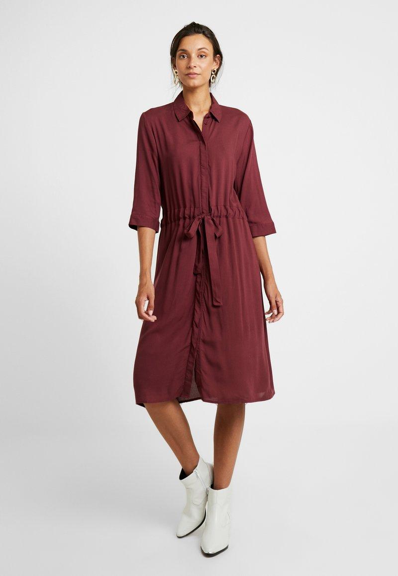 b.young - BYGIONA DRESS - Blusenkleid - carnelian red