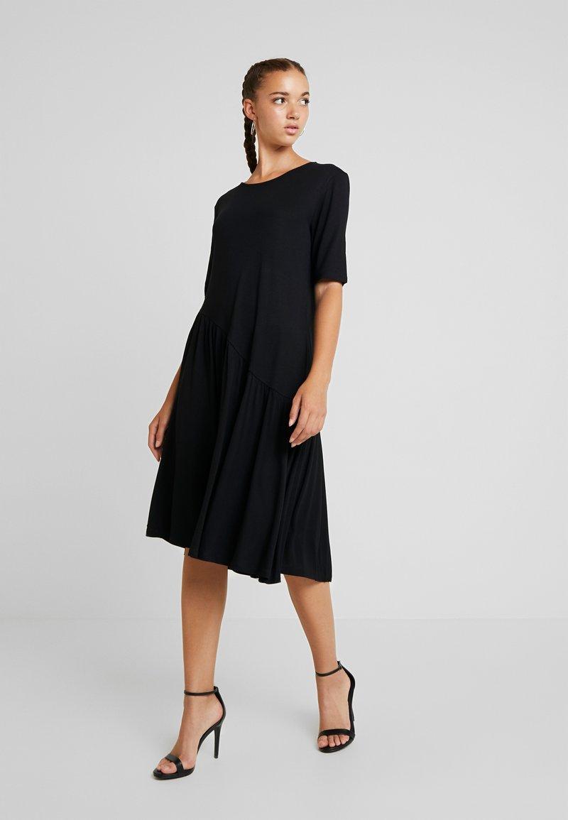 b.young - BYROSANA DRESS - Žerzejové šaty - black