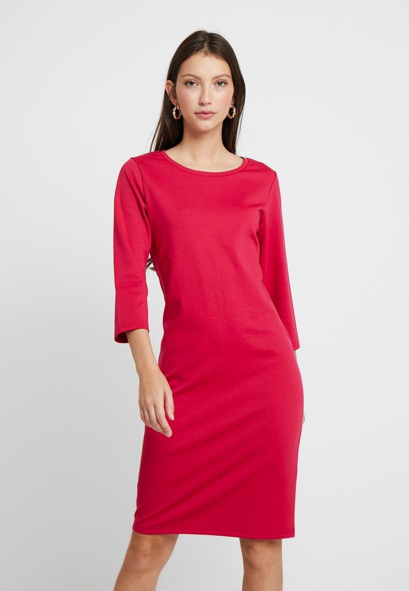 b.young - RIZETTA O NECK DRESS - Vestido de tubo - cerise