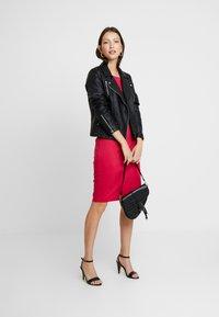 b.young - RIZETTA O NECK DRESS - Vestido de tubo - cerise - 2