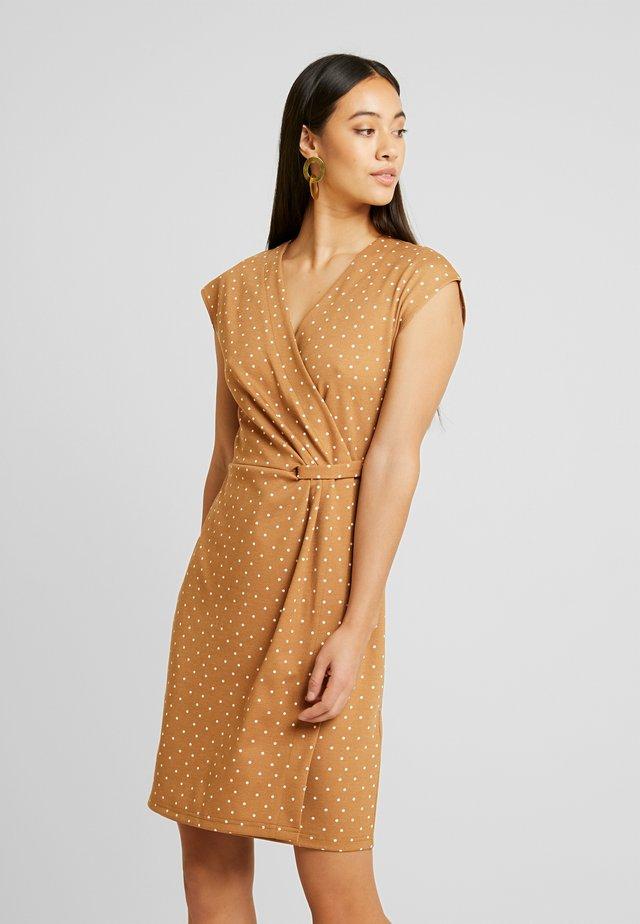 RIZETTA SLEEVELESS DRESS - Pouzdrové šaty - almond combi