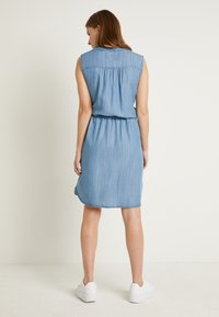 b.young - BYLANA SLEEVELESS DRESS - Denim dress - medium blue denim - 2