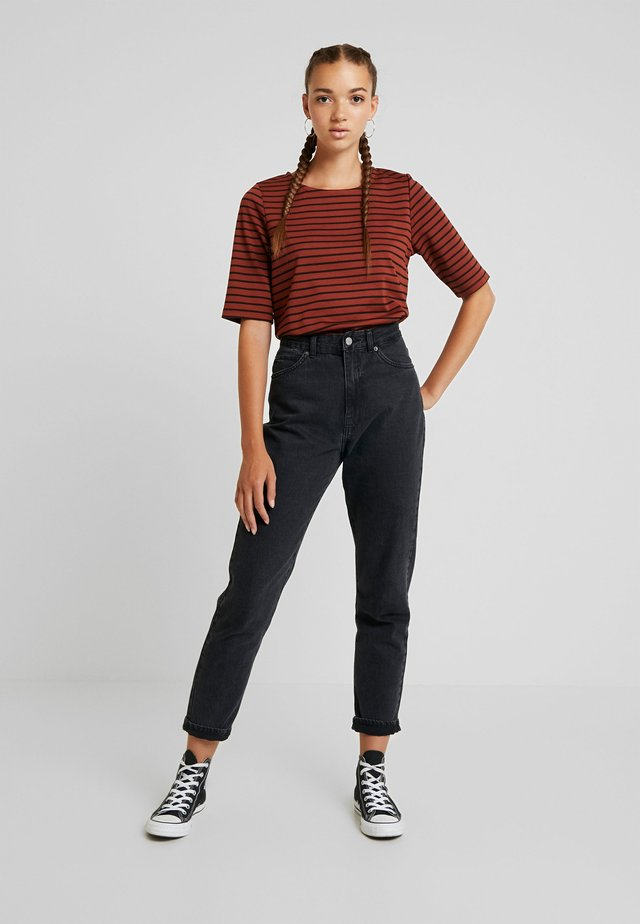 RIZETTA - Print T-shirt - dark copper combi