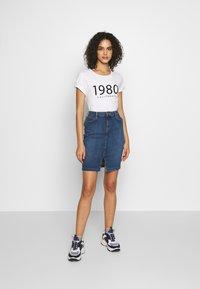 b.young - BYPANDINA FLOCK - Print T-shirt - optical white - 1