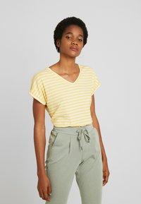 b.young - BYPAMILA VNECK - T-shirts med print - cornsilk combi - 0