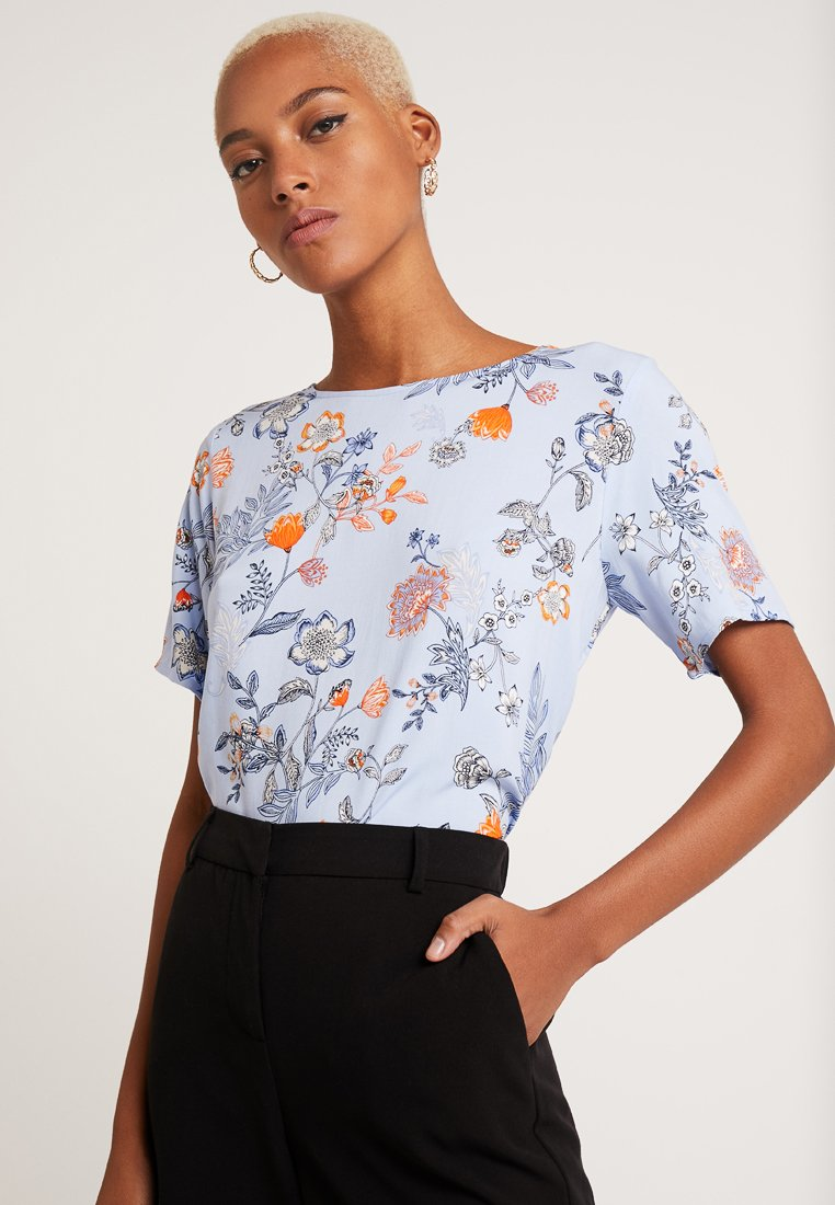 b.young - O NECK BLOUSE - Blouse - blue flower combi 2