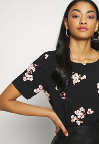 b.young - BYISOLE O NECK BLOUSE  - Blusa - black combi - 3