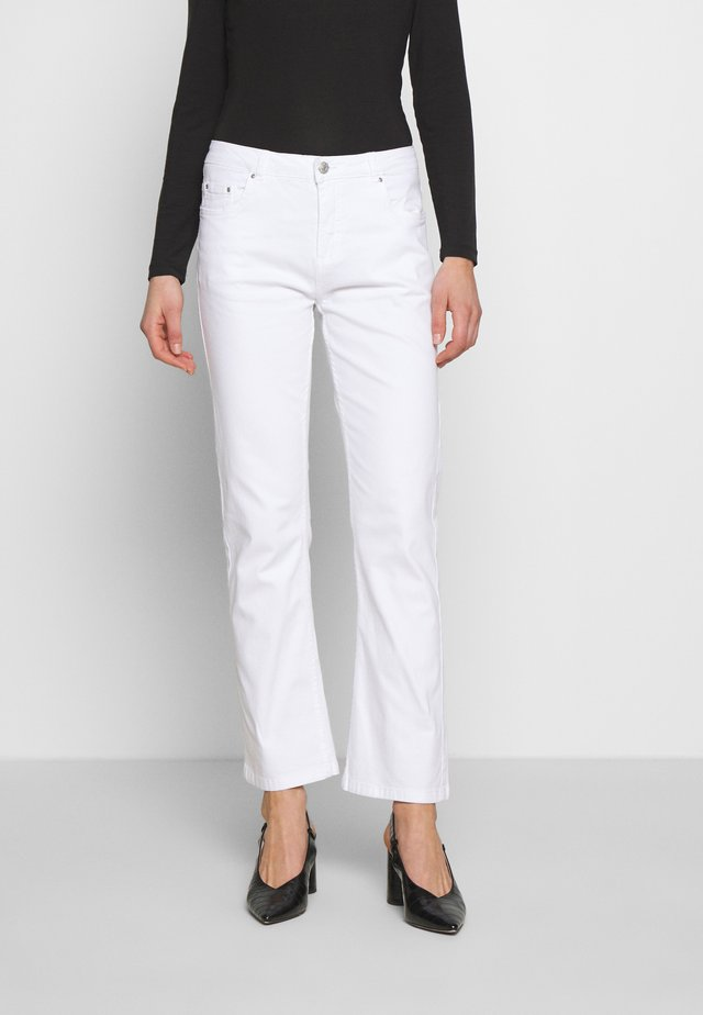 BYLOLA BYLIKKE KICK FLARE - Flared jeans - optical white