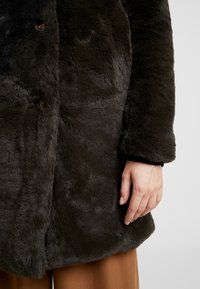 b.young - BYCOSMO COAT - Abrigo de invierno - peat green - 4