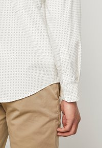 BY GARMENT MAKERS - THE PRINTED WITH MAO COLLAR - Skjorte - white - 3