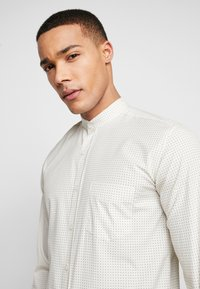 BY GARMENT MAKERS - THE PRINTED WITH MAO COLLAR - Skjorte - white - 5