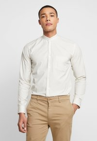 BY GARMENT MAKERS - THE PRINTED WITH MAO COLLAR - Skjorte - white - 0