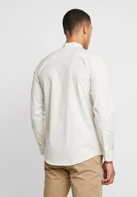 BY GARMENT MAKERS - THE PRINTED WITH MAO COLLAR - Skjorte - white - 2