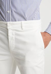 BY GARMENT MAKERS - THE PANTS - Chino kalhoty - marshmallow - 4