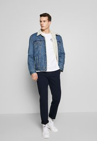 BY GARMENT MAKERS - THE PANTS - Chino kalhoty - navy blazer - 1