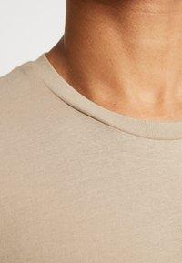 BY GARMENT MAKERS - THE ORGANIC TEE BASIC - T-shirt basic - chinchilla - 5