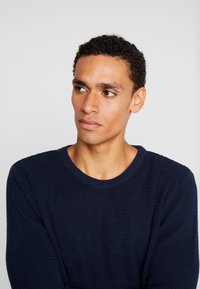 BY GARMENT MAKERS - THE ORGANIC - Strickpullover - dark blue - 5