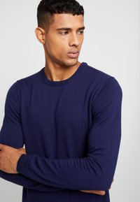 BY GARMENT MAKERS - THE MERINO KNIT ORGANIC - Strickpullover - dark blue - 4