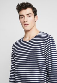 BY GARMENT MAKERS - THE ORGANIC STRIPED - Maglione - navy blazer - 4