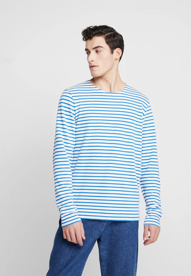 THE ORGANIC STRIPED - Neule - strong blue