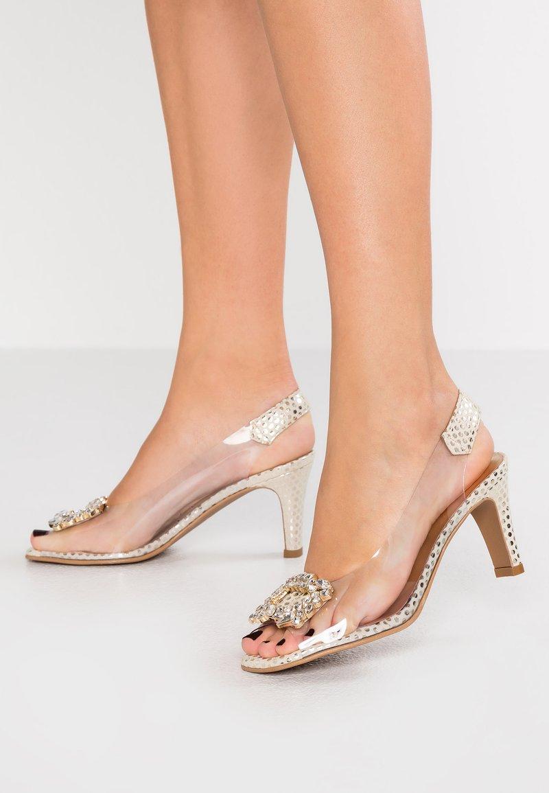 Brenda Zaro - ARIES - Peep toes - kerry champagne/oro