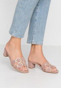 Brenda Zaro - ERIKA NEW - Pantofle na podpatku - make-up - 0