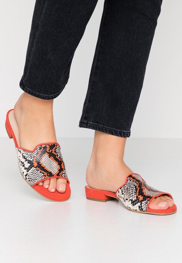 MILAN - Pantofle - naranja