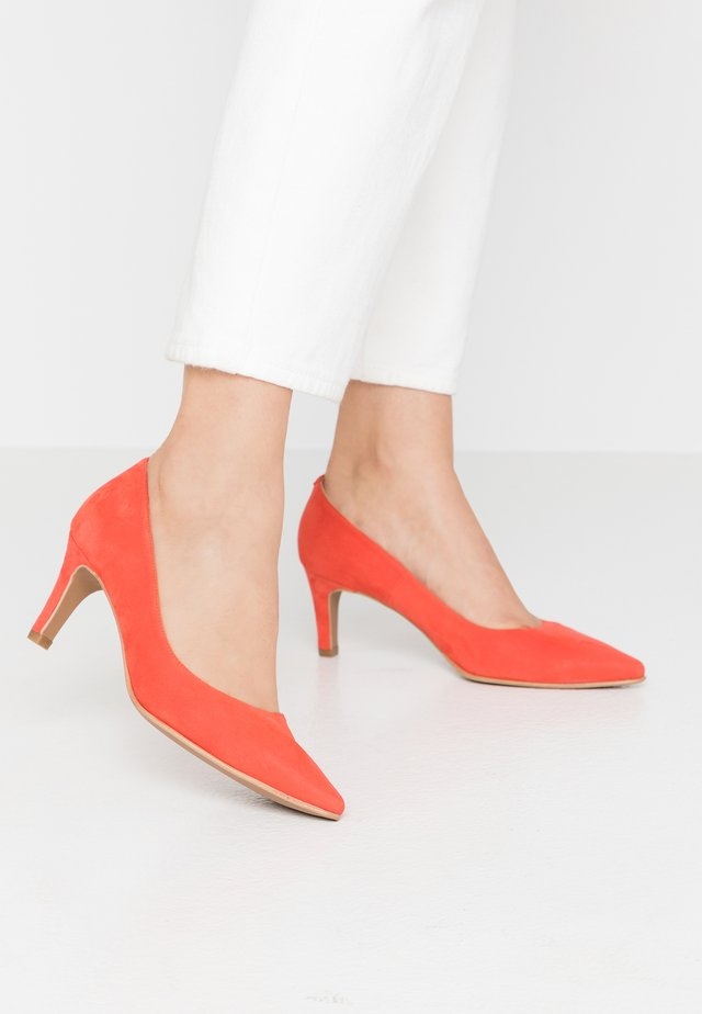 BENETT - Classic heels - red pop
