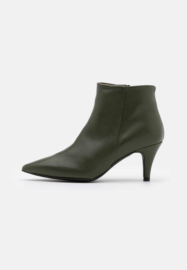 BENETTBO - Ankle boot - kaki