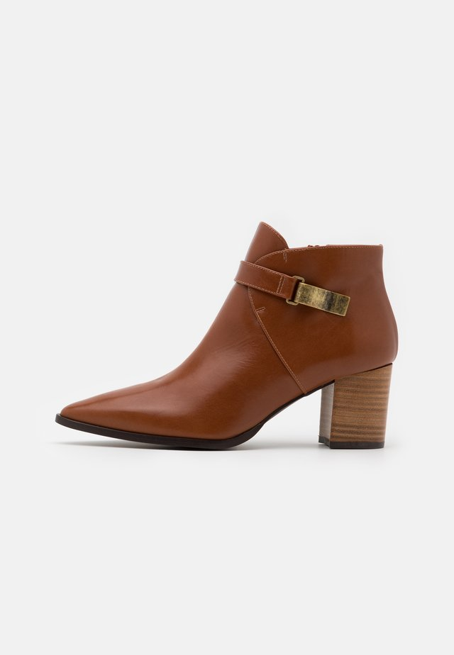 BENETTBO - Ankle boots - cognac