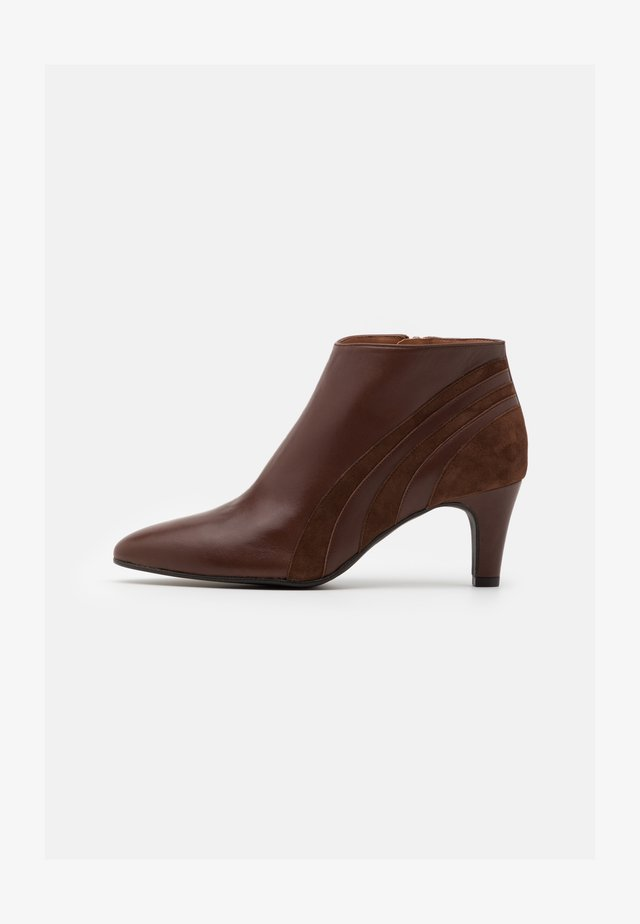 FIESTA - Ankle boot - cognac