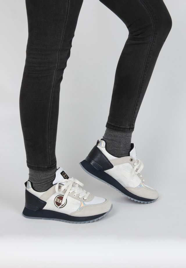SNEAKER TRAVIS JANE - Sneakers laag - white/navy
