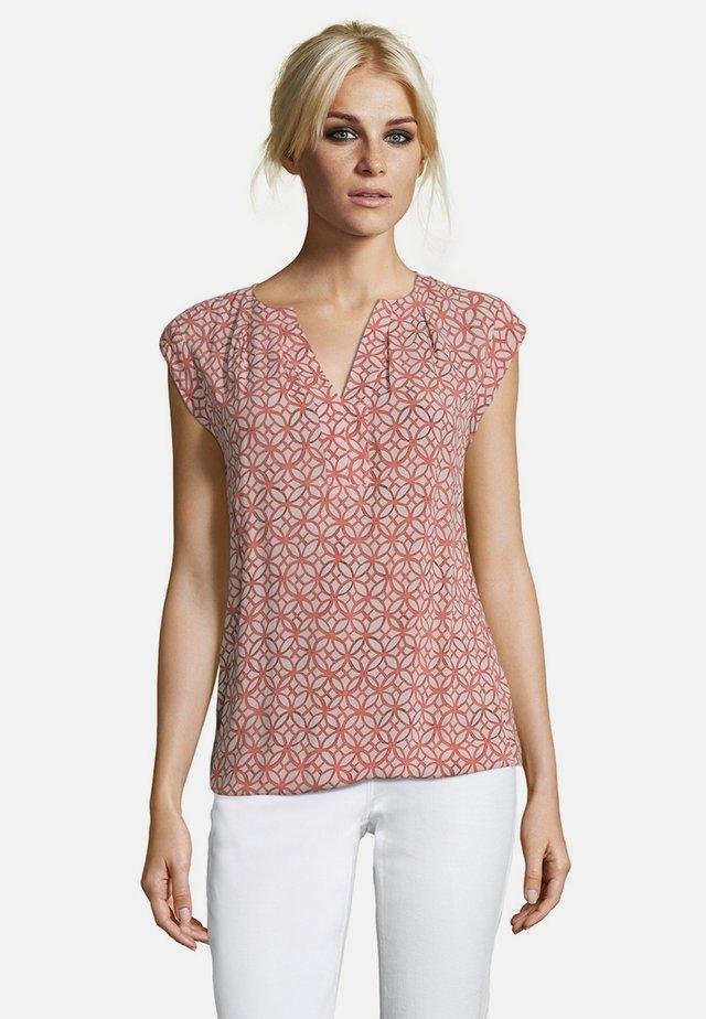 MIT AUFDRUCK - Bluse - taupe/red