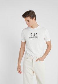 C.P. Company - LOGO - Printtipaita - white - 0
