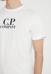 C.P. Company - LOGO - Printtipaita - white - 5