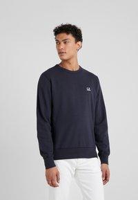 C.P. Company - LOGO CREW NECK LIGHT - Sweatshirt - navy - 0