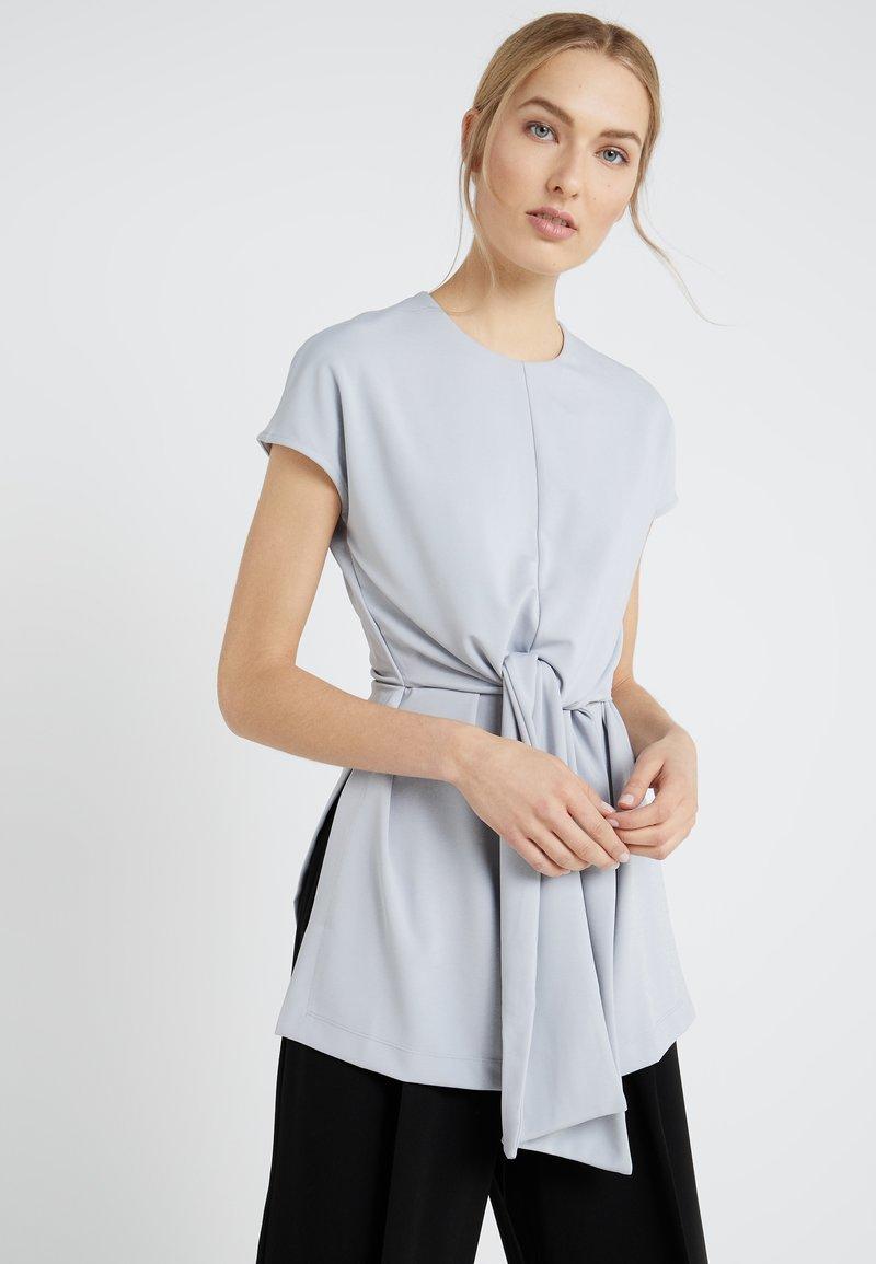 Club Monaco - VAHLEE - Camiseta estampada - ice grey