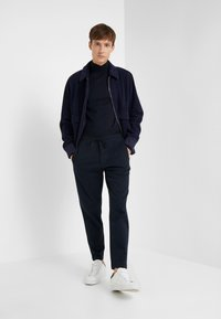 Club Monaco - PIPED DETAIL - Pantalon de survêtement - navy - 1
