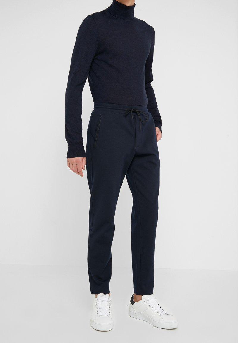 Club Monaco - PIPED DETAIL - Pantalon de survêtement - navy
