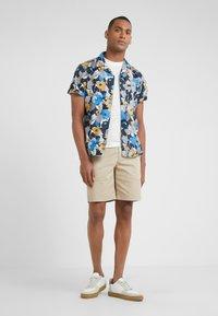 Club Monaco - MADDOX - Shorts - khaki - 1